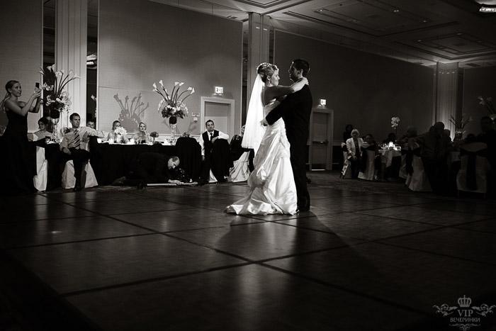 Свадебный танец в черно белом стиле